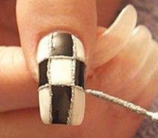 два цвета лака на ногтях